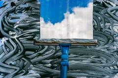 Помойте окно с специальным mop Стоковое Изображение