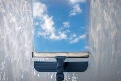Помойте окно с специальным mop Стоковое фото RF