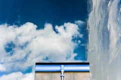 Помойте окно с специальным mop Стоковые Изображения RF