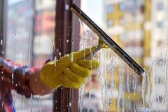 Помойте пакостные и пылевоздушные окна весной Стоковая Фотография