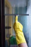 Помойте пакостные и пылевоздушные окна весной Стоковые Фото