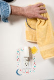 Помойте руки и используйте towl для того чтобы высушить стоковое изображение rf