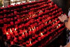 Помолите фронт красной свечи стоковое изображение rf