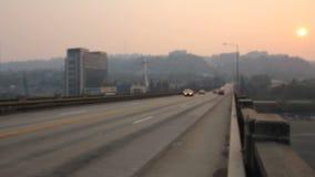 Помох и загрязнение воздуха после полудня на мосте острова Ross в Портленде Орегоне должном к лесным пожарам леса на заходе солнц сток-видео