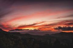 Помох и облака вытянуть перед солнцем стоковая фотография