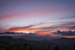Помох и облака вытянуть перед солнцем стоковое изображение rf