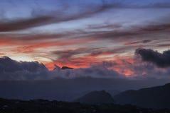 Помох и облака вытянуть перед солнцем стоковое фото rf