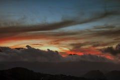 Помох и облака вытянуть перед солнцем стоковые изображения rf