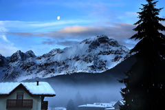 Помох тумана ландшафта хаты горы снега зимы Стоковые Изображения