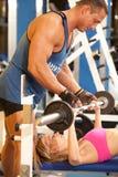 помощь женщины тренера гимнастики стоковое фото rf