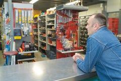 Помощь клиента ждать на магазине инструмента Стоковые Изображения RF
