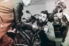 Помощь работника предлагая к женскому клиенту в мастерской Стоковые Изображения RF