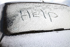 Помощь слова на Windscreen автомобиля в снеге Стоковые Изображения