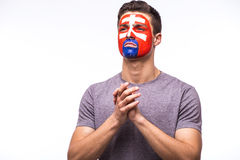 Помолите для Словакии Футбольный болельщик словака молит для национальной команды Словакии игры стоковое фото rf