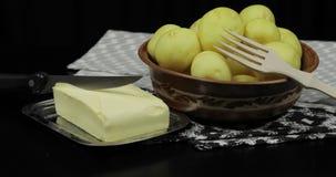 Помыл свежие сырцовые картошки на таблице готовой для варить Масло, деревянная вилка акции видеоматериалы