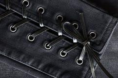 Помытая черная джинсовая ткань, детали шнурка-вверх Джинсы предпосылка, текстура Стоковая Фотография