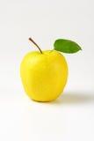 Помытое желтое яблоко Стоковые Фото