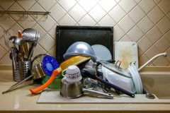 Помытые блюда сушат в кухне, конце-вверх стоковое фото rf