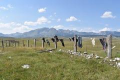 Помытые одежды суша на линии и горе Durmitor в расстоянии стоковые фотографии rf
