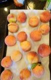 Помытые персики стоковое фото