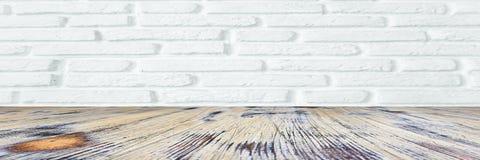 Помытый паркетный пол древесины дуба на белой кирпичной стене стоковые изображения rf