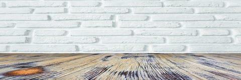 Помытый паркетный пол древесины дуба на белой кирпичной стене стоковая фотография rf