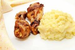 Помятая картошка с зажаренным в духовке цыпленк цыпленком Стоковая Фотография