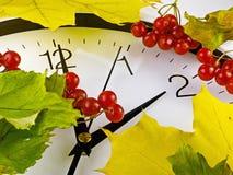 Понижается назад, зимнее время Листья часов и желтого цвета Стоковые Фотографии RF
