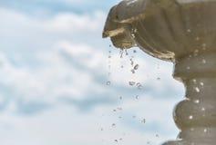 Понижаясь падения воды в фонтане, замерзающ, голубое небо на заднем плане Стоковые Изображения RF