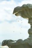 Понижаясь падения воды в фонтане, замерзающ, голубое небо на заднем плане Стоковое Фото