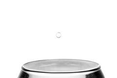 Понижаясь падения воды на белой предпосылке Стоковая Фотография RF