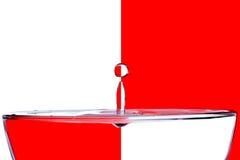 Понижаясь падения воды на белом красном цвете предпосылки Стоковое Фото