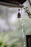 Понижаясь падения колокола дождя и ветра на предпосылке Стоковые Фото