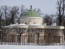 Понизьте ванну в парке Катрина Взгляд собора Андрюа апостола Россия стоковые изображения