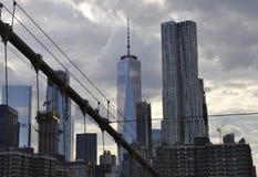 Понизьте взгляд башен Манхаттана от Бруклинского моста над Ист-Ривер от Нью-Йорка в Соединенных Штатах стоковые фотографии rf