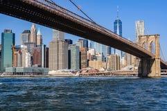 Понизьте горизонт Манхаттана от Dumbo, NYC, США стоковое фото rf