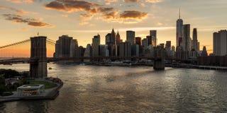 Понизьте Манхаттан и Бруклинский мост на заходе солнца город New York Стоковые Изображения RF