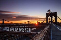 Понизьте Манхаттан через Бруклинский мост на заходе солнца, Нью-Йорк Стоковое Изображение RF