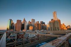 Понизьте Манхаттан через Бруклинский мост на заходе солнца, Нью-Йорк Стоковые Фото