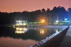 Понизьте резервуар Peirce с освещенным газебо Стоковая Фотография