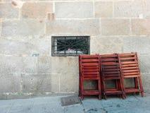 Понтеведра, Испания; 08/08/2018: Складные шезлонги на внешнем, сделанный из твёрдой древесины сосны стоковое изображение rf