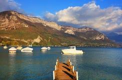 Понтон на озере Анси, Haute Савойя, Франции Стоковое Изображение