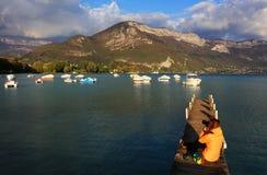 Понтон на озере Анси, Haute Савойя, Франции Стоковая Фотография