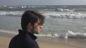 Понятый человек идя на пляж океана акции видеоматериалы