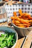 Пообедайте с салатом от зажаренного брокколи и испеченных фраев сладкого картофеля Стоковое фото RF