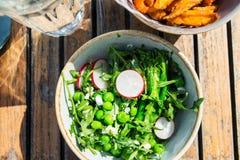 Пообедайте с салатом от зажаренного брокколи и испеченных фраев сладкого картофеля Стоковые Изображения RF