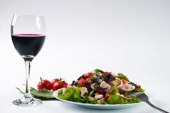 Пообедайте с салатом свежего овоща с мясом цыпленка и красным сухим вином Стоковая Фотография
