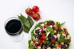 Пообедайте с салатом свежего овоща с мясом цыпленка и красным сухим вином Стоковое Фото