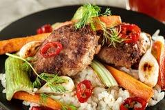 Пообедайте от зажаренных котлет с овощами и соком томата Стоковые Изображения
