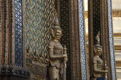 Попечители на входе к богато украшенному зданию виска стоковые изображения